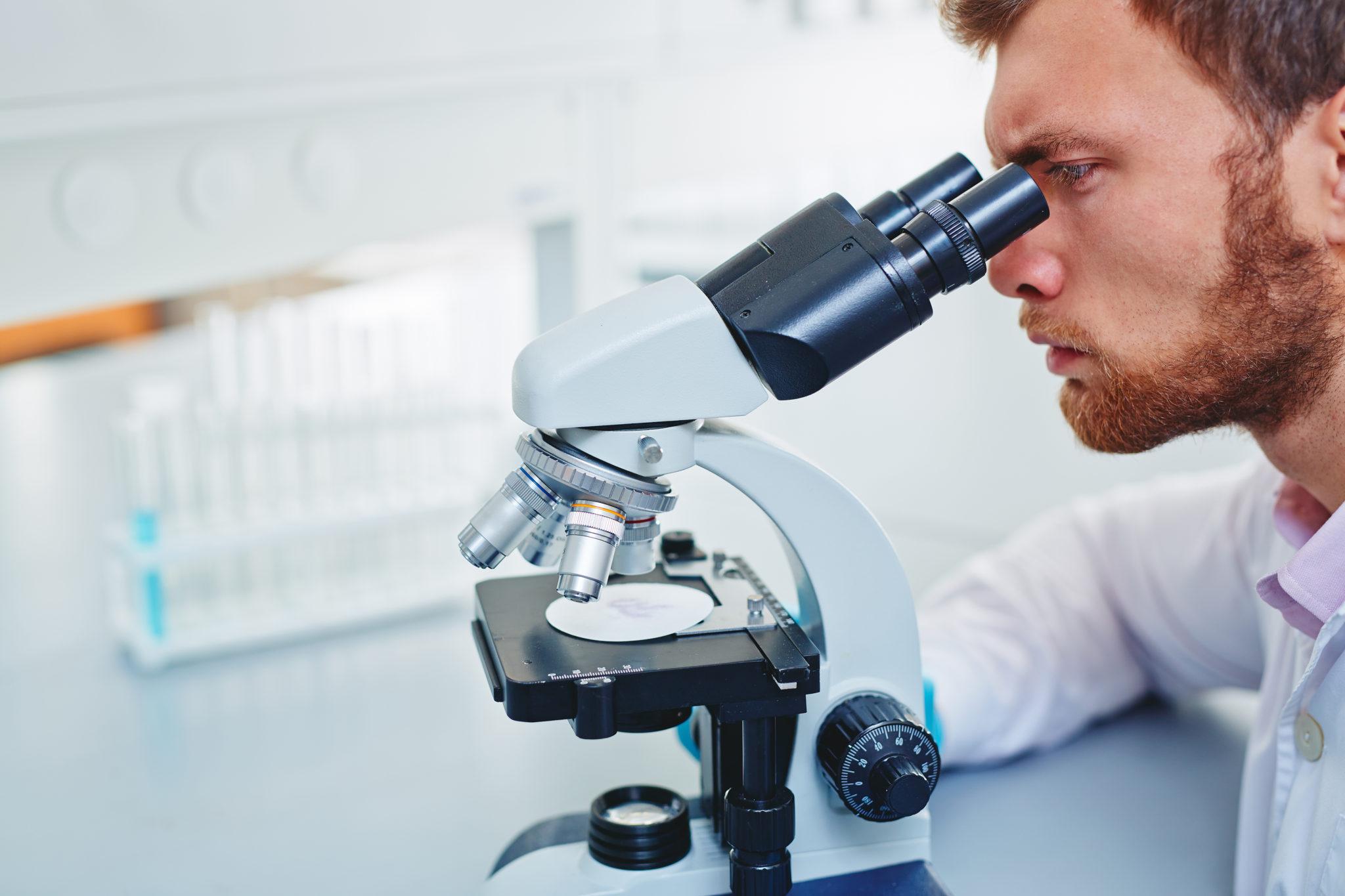 Картинка ученый с микроскопом